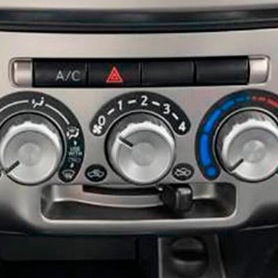 Aire acondicionado manual.   Máximo confort para todos los pasajeros gracias su sistema de aire acondicionado envolvente.