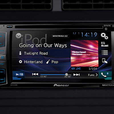 Radio touchscreen de 6.2 con 2 parlantes.   Excelente sonido para tus viajes, con una pantalla touchscreen de 6.2 con AM/FM, DVD/CD/MP3, entrada USB, auxiliar y bluetooth.