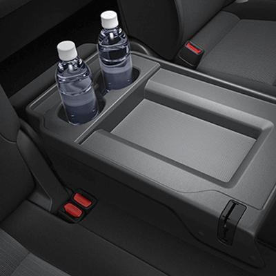 Múltiples espacios de almacenamiento.   Encuéntrelos al lado, encima y debajo de los asientos, para que siempre tenga a la mano lo que necesite y pueda viajar cómodamente.
