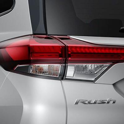 FAROS POSTERIORES   Luces LED diseñadas con un elegante estilo horizontal, complementan las líneas marcadas de su carrocería.