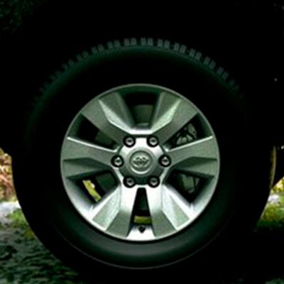 """Aros y neumáticos   Sus neumáticos All Terrain (todoterreno) están listos para el tráfico diario como el suelo más agreste. Lúcelos con aros de 17"""" de acero o aleación, según versión."""