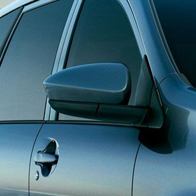 Espejos exteriores.   Avanza cuenta con espejos retrovisores exteriores del color de la carrocería, con control interior eléctrico y abatibles manualmente.