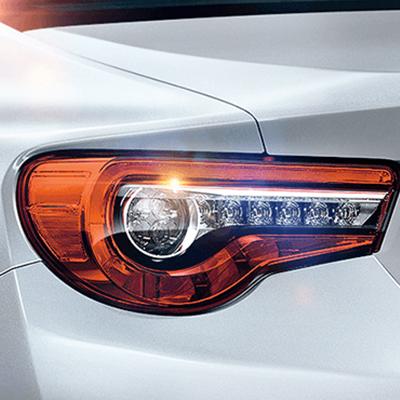 Faros Posteriores LED.   Los grupos de luces LED posteriores han sido rediseñados para marcar una fuerte y distintiva línea horizontal, e incluyen nuevas luces direccionales LED.