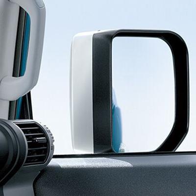 Espejos Retrovisores   Espejos de gran altura, montados en los laterales de las puertas y con lámpara de iluminación frontal, contribuyen al aspecto robusto de la FJ Cruiser.