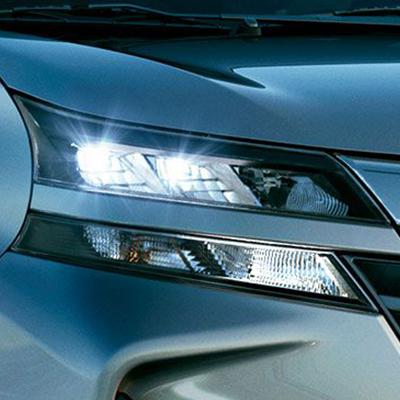 FAROS DELANTEROS LED.   Avanza hacia tu destino y no pierdas nada de vista gracias a los faros delanteros LED que mejoran la visibilidad durante tus rutas nocturnas.