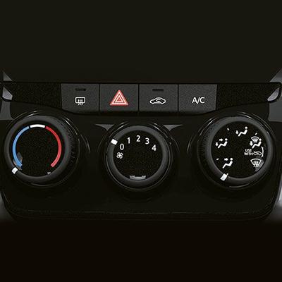 Aire acondicionado.   Controles que permiten regular el aire acondicionado, aire forzado y calefacción.