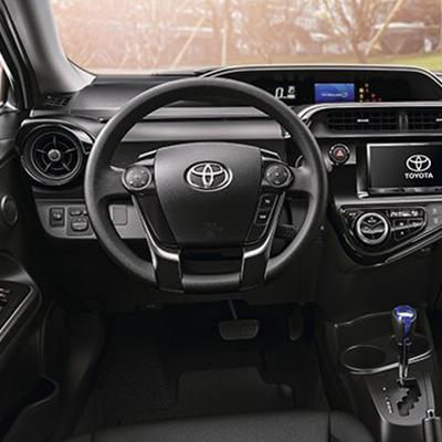 Compartimientos   Ten todo a la mano. El Prius C cuenta con 12 espacios de almacenamiento repartidos dentro del habitáculo, para ti y tus acompañantes.