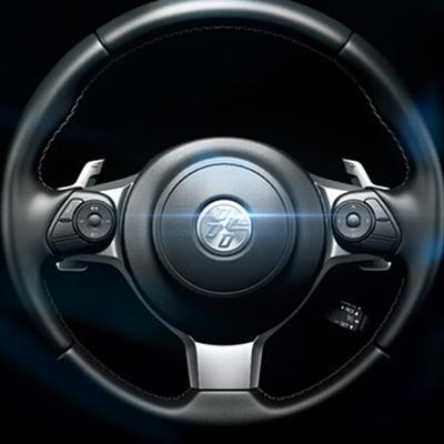 Volante Deportivo.   Para la mejor conducción deportiva, su diámetro se ha reducido hasta 362 mm, el más pequeño en un Toyota de producción. Forrado en cuero, basculable y telescópico.