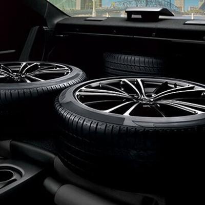 Espacio Posterior.   Plegando los asientos posteriores, rebatibles 60:40, tendrás espacio para llevar un juego extra de neumáticos de repuesto (Disponible según versión).