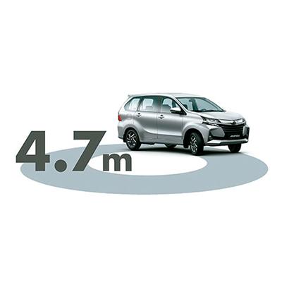 MANIOBRA CON SEGURIDAD   Fácil de maniobrar por su radio mínimo de giro de 4.7 m. Además, su distancia libre al suelo de 20 cm. evita golpes en la parte baja, al recorrer vías irregulares.