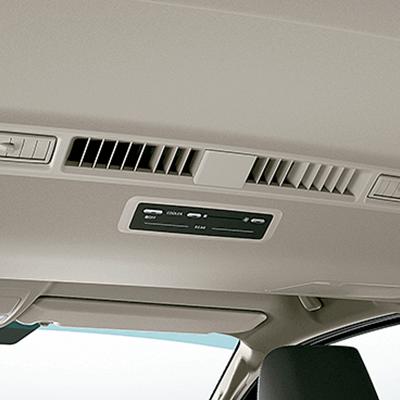Clima perfecto para cada pasajero.   La zona delantera dispone de aire acondicionado, aire forzado y calefacción. En la zona posterior, cuentan  con aire acondicionado y calefacción con controles independientes (disponible según versión).