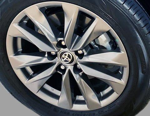 AROS DE ALEACIÓN DE 17° Con un diseño moderno y un estilo urbano, le dan ese toque especial al nuevo Corolla Cross.