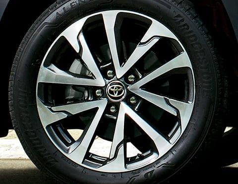 AROS DE ALEACIÓN DE 18° Con un diseño moderno y un estilo urbano, le dan ese toque especial al nuevo Corolla Cross.