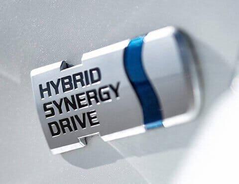 SISTEMA HYBRID Tecnología desarrollada por Toyota que utiliza un motor eléctrico autorecargable y uno a gasolina, para brindar mayor potencia y menor consumo de combustible y contaminación.